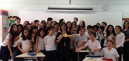 """Visita ao Colégio dos Jesuítas - Juiz de Fora (MG) Bate-papo sobre o livro """"O Senhor dos Dragões"""" Na foto, com o dragão Soleil, feito com dobraduras modulares pelos alunos."""